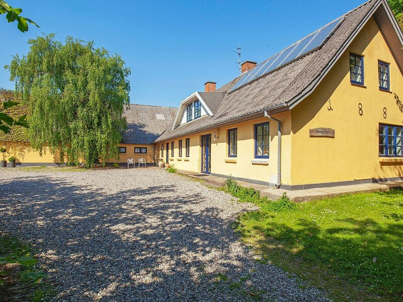 Cozy Holiday Home in Thyholm with Swimming Pool, casa vacanza a Struer