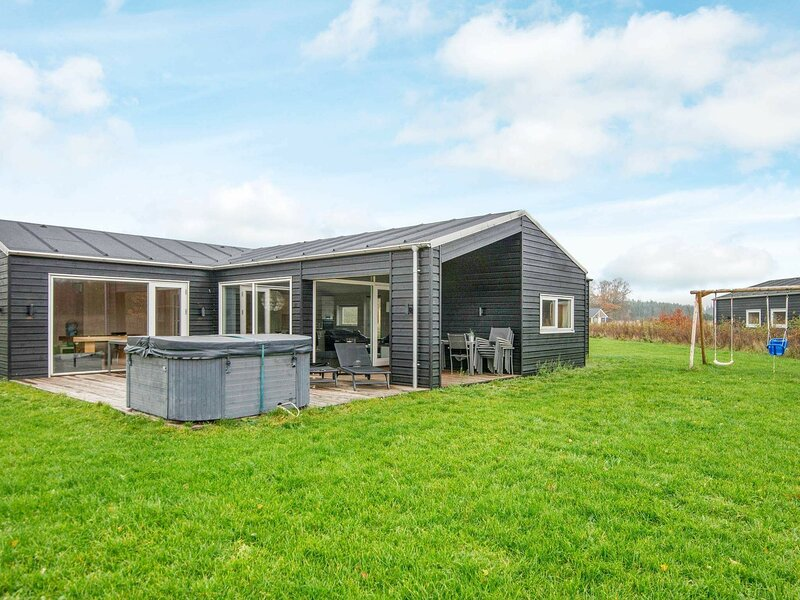 Stunning Holiday Home in Glesborg with Whirlpool, holiday rental in Fjellerup Strand