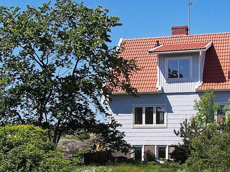 4 person holiday home in HOVENäSET – semesterbostad i Fjällbacka