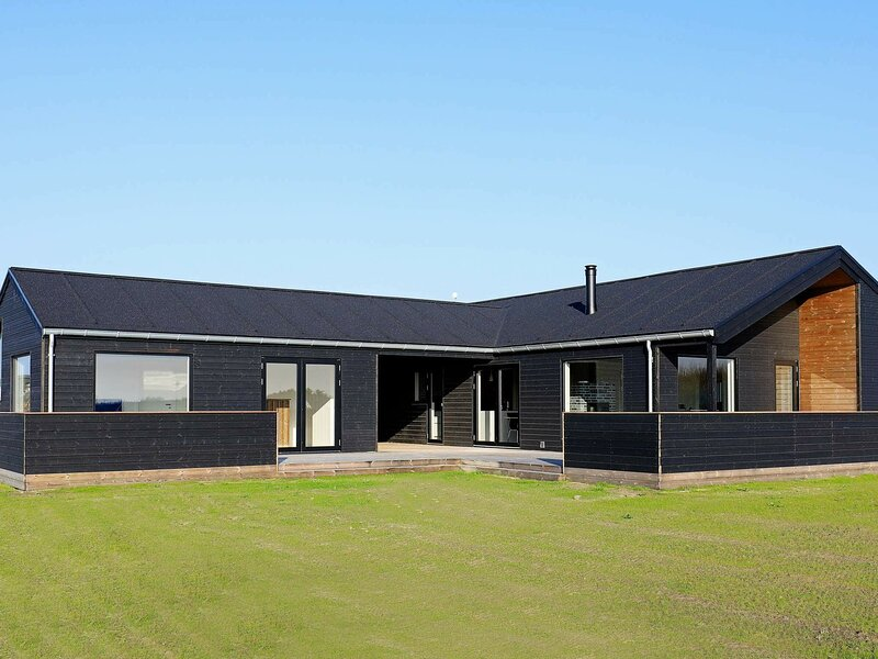 Luxurious Holiday Home in Lokken Jutland with Whirlpool, casa vacanza a Rubjerg