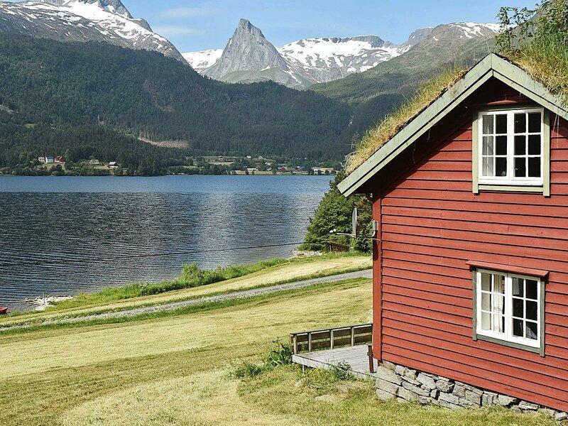 10 person holiday home in Folkestad, location de vacances à Nordfjordeid