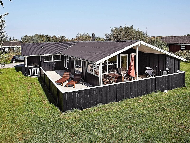 Luring Holiday Home in Lønstrup with Sauna, casa vacanza a Lonstrup