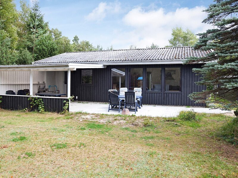 Alluring Holiday Home in Falster with Roofed Terrace, holiday rental in Gedser