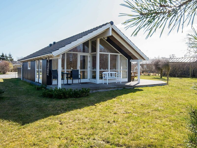 Quaint Holiday Home in Glesborg With Roofed Terrace, holiday rental in Fjellerup Strand
