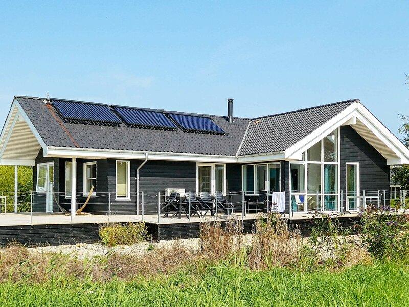 Amazing Holiday Home in Jutland Midtjylland with Garden, Ferienwohnung in Boeslum