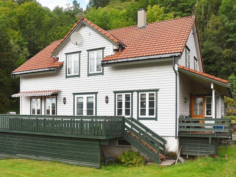 8 person holiday home in LONEVÅG, location de vacances à Eikangervag