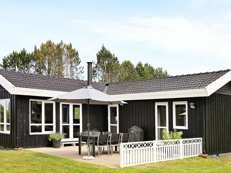 Beautiful Holiday Home in Jerup with Terrace, vacation rental in Bratten