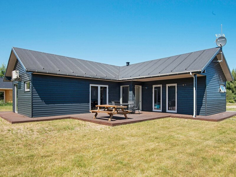 Lovely Holiday Home in Glesborg with Terrace, holiday rental in Fjellerup Strand