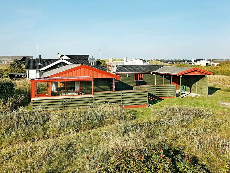 Spacious Holiday Home in Løkken With Roofed Terrace, casa vacanza a Lokken