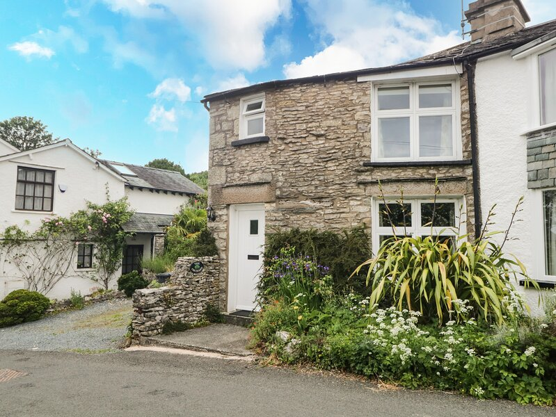 THE ORCHARD, family friendly, character holiday cottage, with a garden in, holiday rental in Milnthorpe