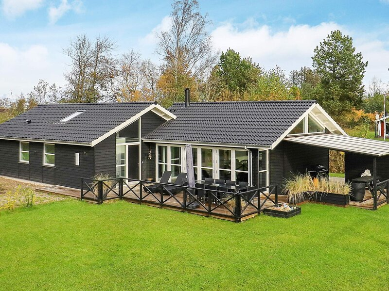 Luxurious Holiday Home in Jutland with Whirlpool, vacation rental in Bratten