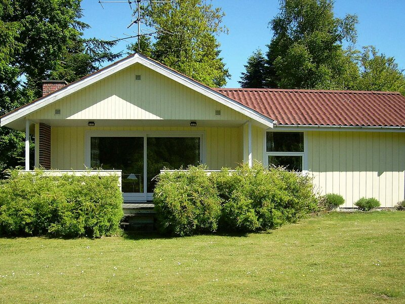 Lovely Cottage in Logstor Jutland with Lawn, holiday rental in Vesthimmerland Municipality