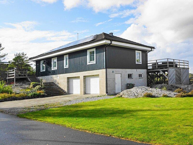 4 star holiday home in HENåN – semesterbostad i Fiskebäckskil