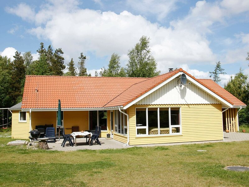 Vintage Holiday Home in Hojslev Jutland with Sauna, holiday rental in Viborg