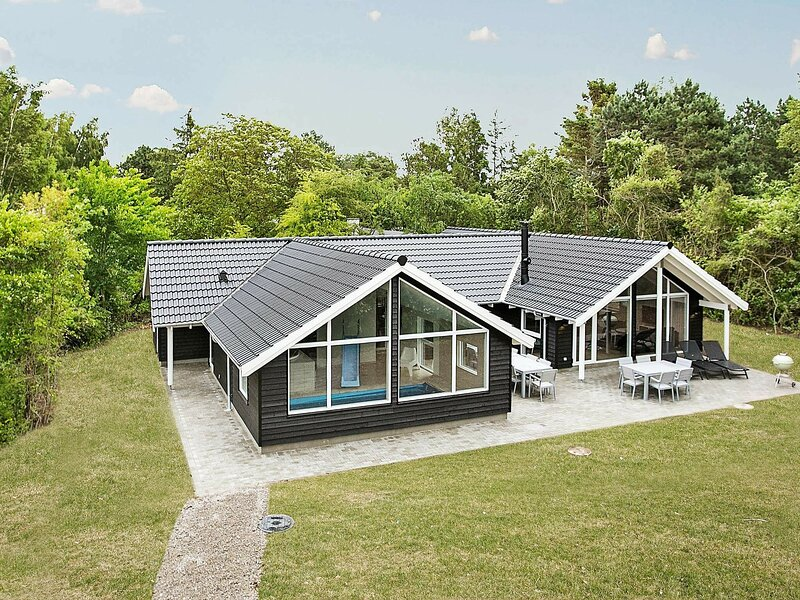 Luxury Holiday Home in Tisvildeleje With Swimming Pool, holiday rental in Gribskov Municipality