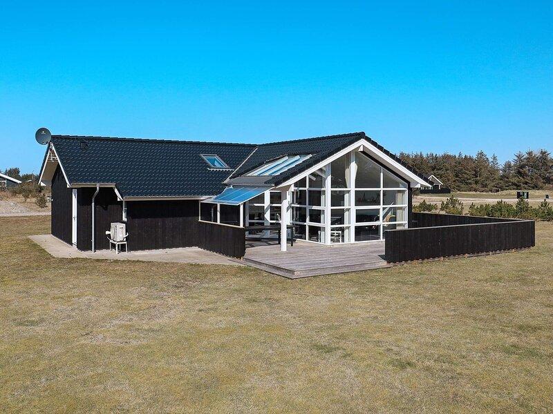 Lavish Holiday Home in Løkken With Indoor Whirlpool, casa vacanza a Lokken