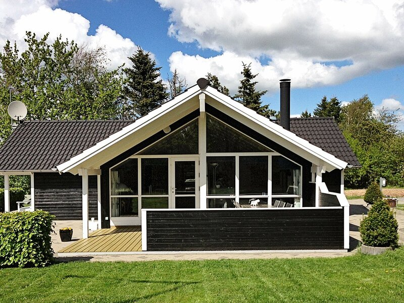 Beautiful Holiday Home in Løgstør with Whirlpool, holiday rental in Vesthimmerland Municipality
