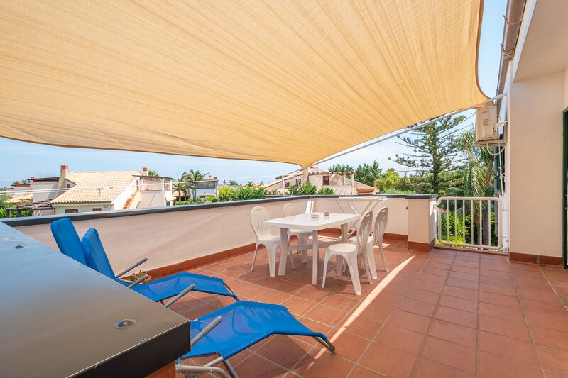 ARVILLA'S HOUSES. Sunshine apt in the villa. 3 Camere, 2 Bagni, 2 Terrazze., vacation rental in Piana Calzata