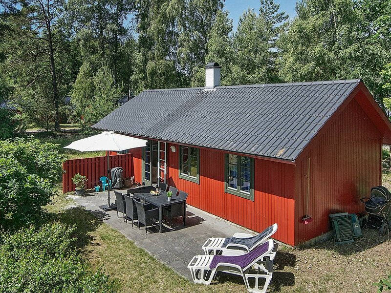 Cozy Holiday Home  in Nexø with Swimming Pool, location de vacances à Dueodde