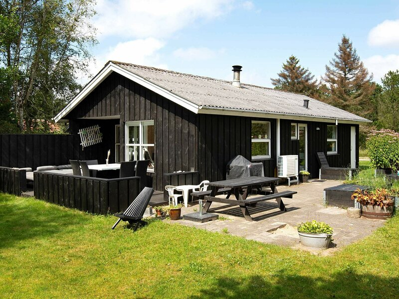 Luring Holiday Home in Ringkøbing with Terrace, vakantiewoning in Vesterhede