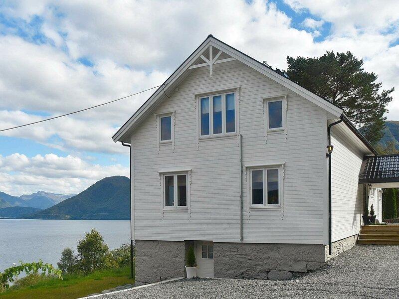 13 person holiday home in Folkestad, location de vacances à Nordfjordeid