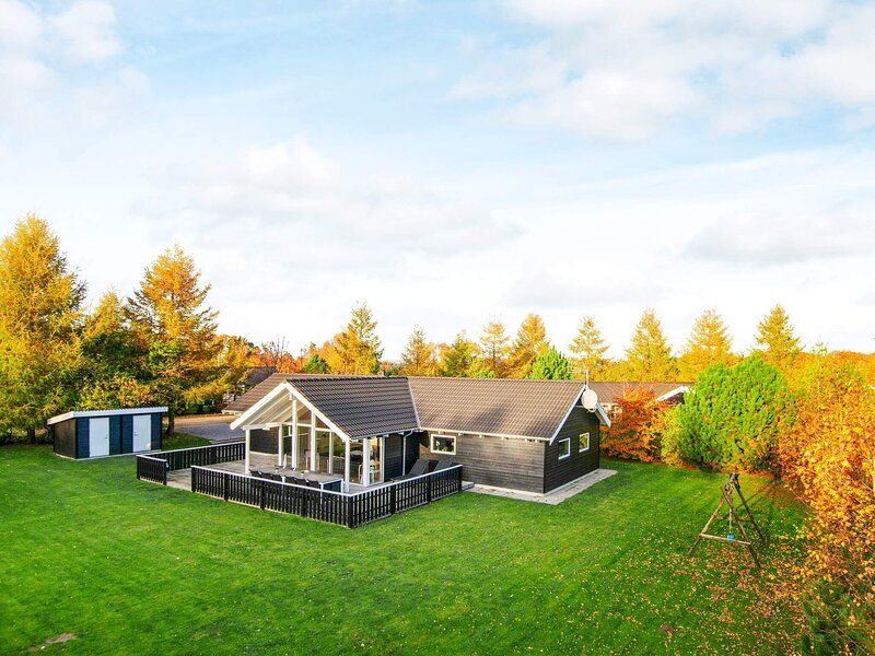 Sprawling Holiday Home in Glesborg with Whirlpool, holiday rental in Fjellerup Strand