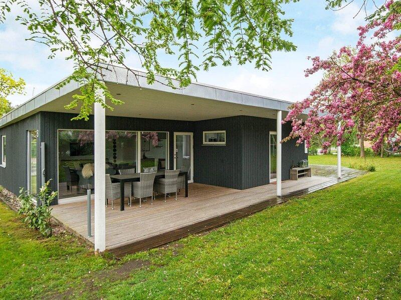Enticing Holiday Home in Ebeltoft near Sea, Ferienwohnung in Boeslum