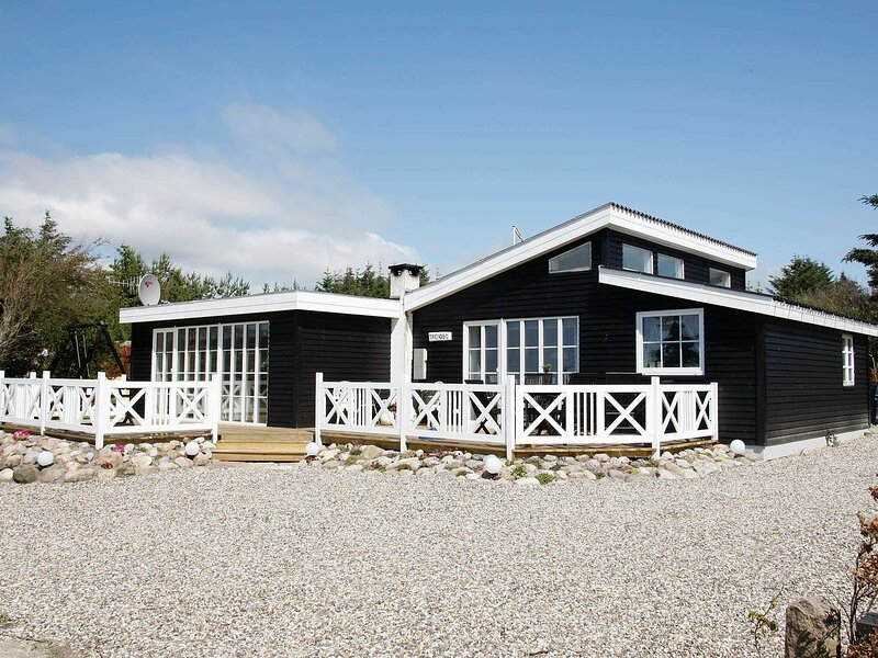 Spacious Holiday Home in Logstor with Terrace, holiday rental in Vesthimmerland Municipality