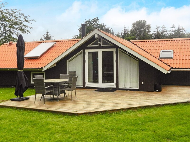 Picturesque Holiday Home in Jutland with Whirlpool, holiday rental in Napstjaert