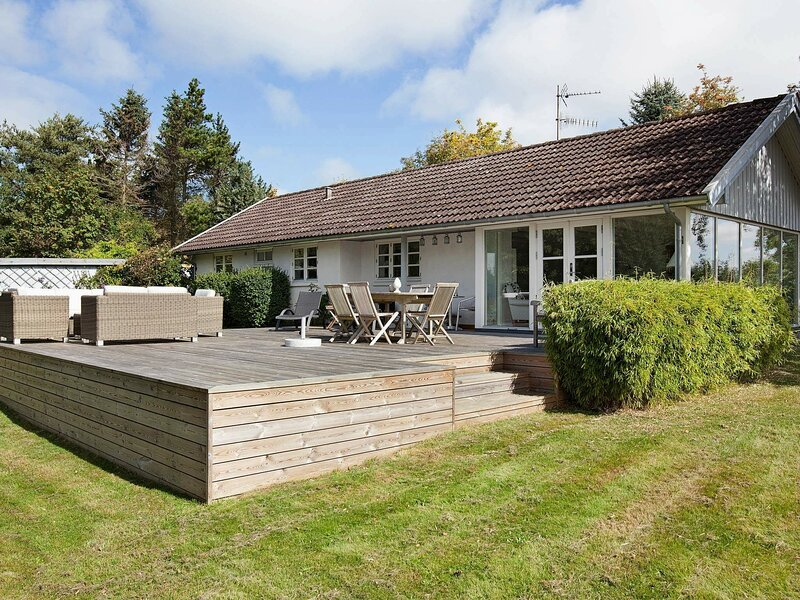 Lovely Holiday Home in Vejby Denmark with Terrace, alquiler vacacional en Gribskov Municipality