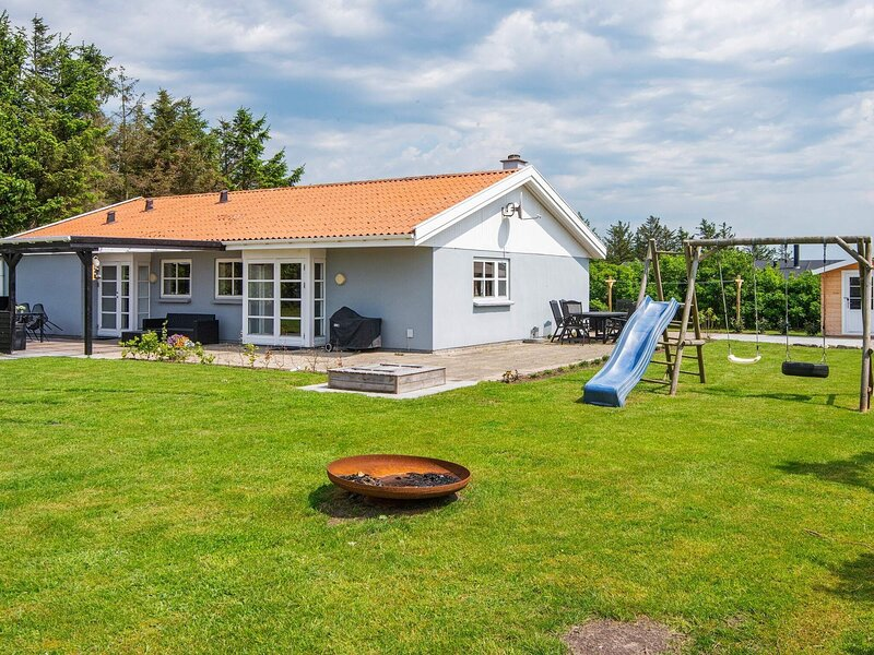 Alluring Holiday Home in Ulfborg with Sauna, casa vacanza a Ulfborg
