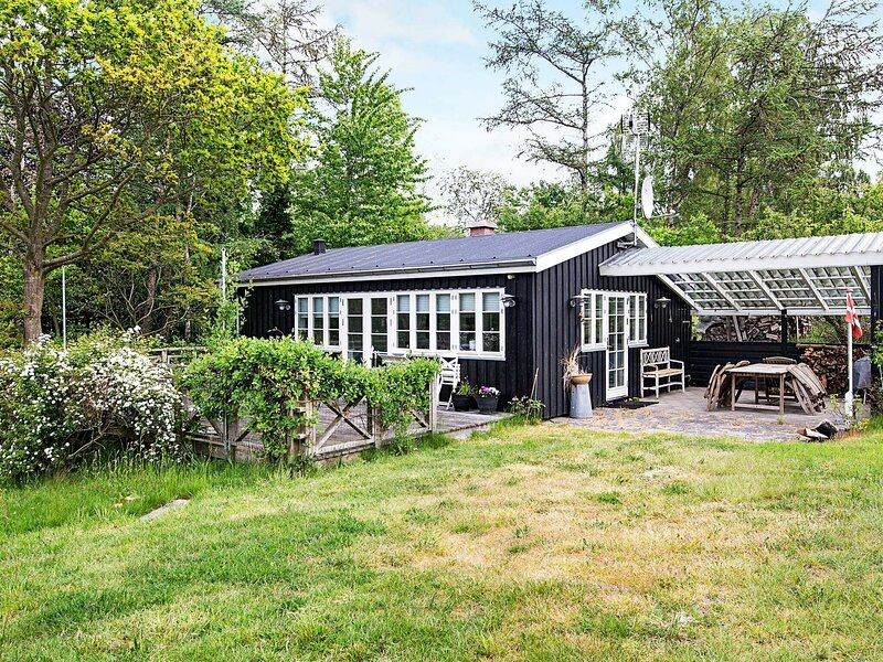Brilliant Holiday Home in Ebeltoft with Roofed Terrace, Ferienwohnung in Boeslum
