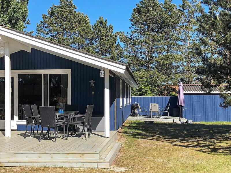 Enticing Holiday Home in Rødby with Roofed Terrace, holiday rental in Maribo