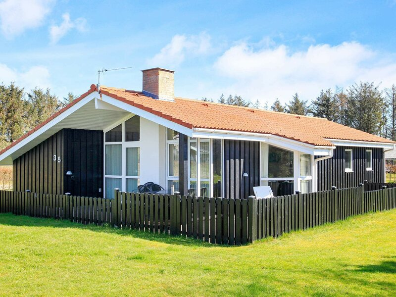 Fantastic Holiday Home in Løkken with Sauna, casa vacanza a Lokken
