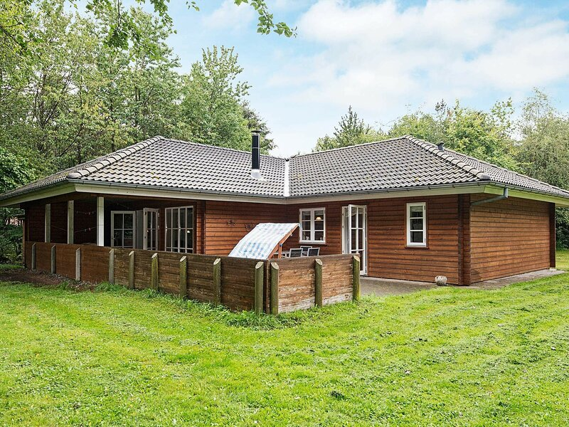 Charming Holiday Home in Toftlund with Terrace, holiday rental in Ribe