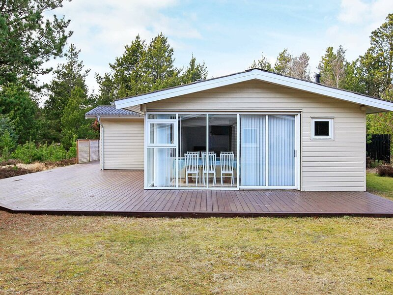 Gorgeous Holiday Home in Jerup near Sea, vacation rental in Bratten