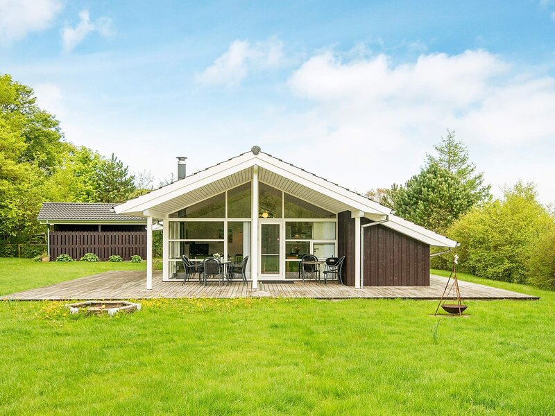 Pleasant Holiday Home in Glesborg with Sauna, holiday rental in Fjellerup Strand