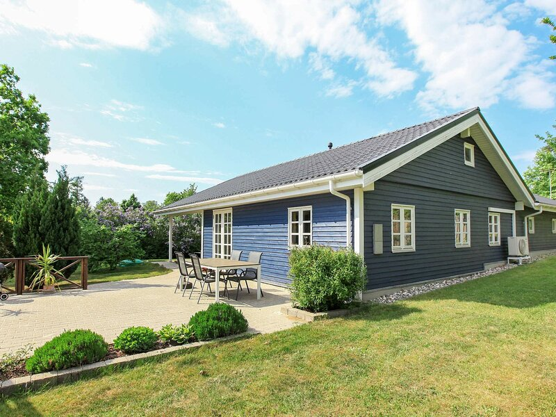 Roofed Holiday Home in Hovedstaden with Terrace, holiday rental in Hundested