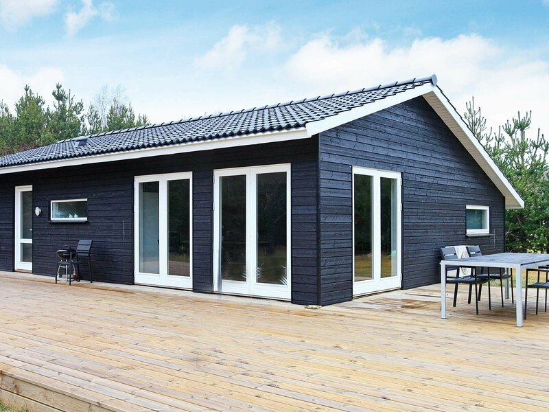 Elegant Holiday Home in Strandby with Sauna, vacation rental in Bratten