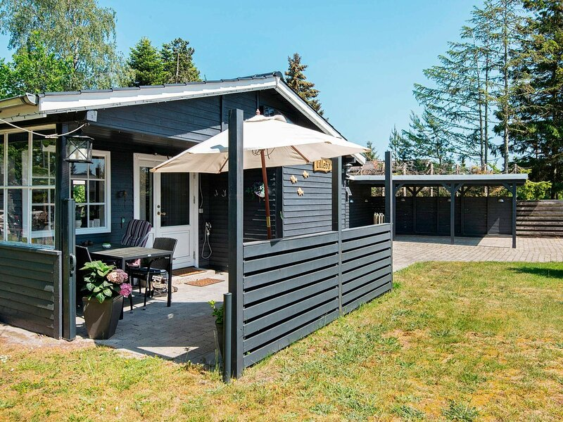 Alluring Holiday Home in Grenå with Carport, holiday rental in Balle