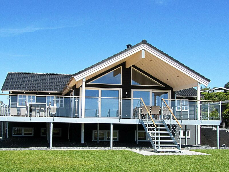 Cosy Holiday Home in Ebeltoft with Swimming Pool, holiday rental in Egsmark Strand