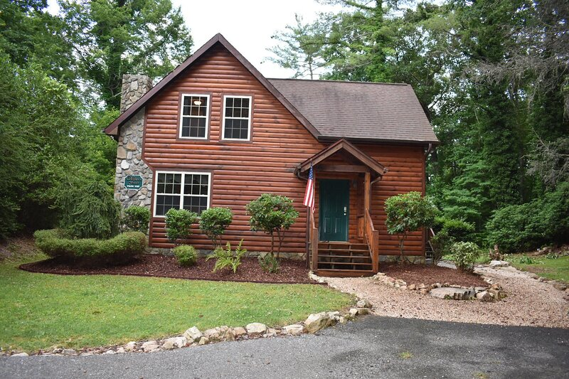 Tree Top Lodge - Gorgeous Lake Cabin with Kayaks, Hot Tub & Magnificent Views, casa vacanza a Elizabethton
