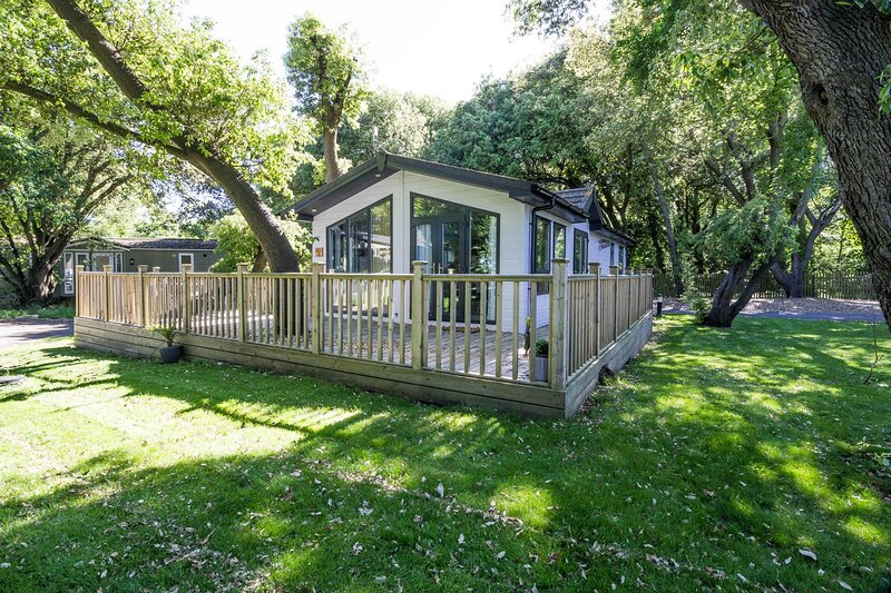 Stunning 4 berth lodge with decking at Azure Seas Holiday Village ref 32002AS, alquiler vacacional en Lowestoft