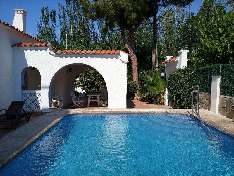 R94 Amplia casa en planta con piscina a 50 m de la playa Calafell, alquiler vacacional en Calafell