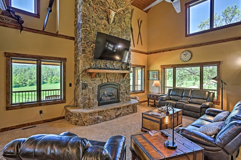 NEW! Spacious Home w/ Private Hot Tub: Golf & Hike, holiday rental in Whitewood