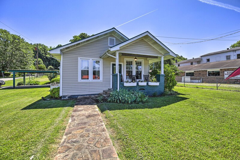 NEW! Cozy Cottage w/ Porch & Creeper Trail Access!, holiday rental in Damascus