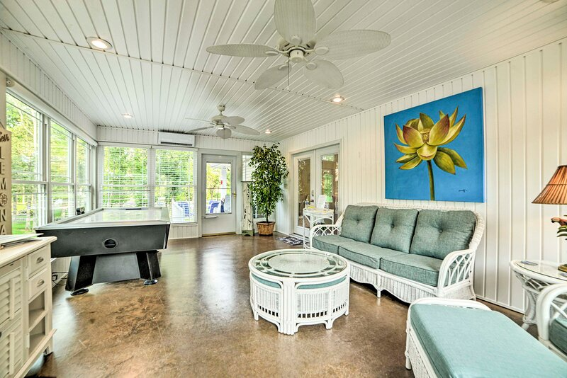 NEW! Kentucky Lake House w/ Great Outdoor Space!, holiday rental in Grand Rivers