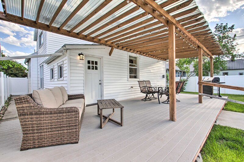 NEW! Updated Great Falls House w/ Fire Pit & Yard!, holiday rental in Black Eagle