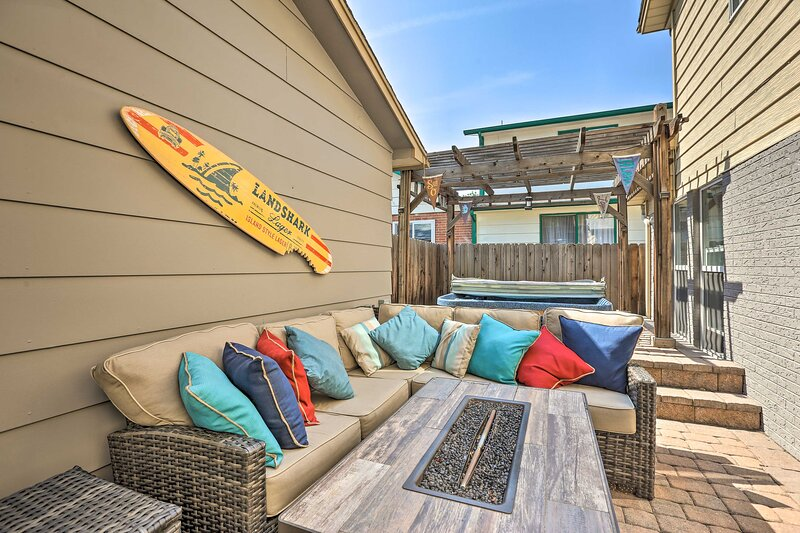 NEW! Wash Park Townhome: Private Hot Tub, Fire Pit, holiday rental in Englewood