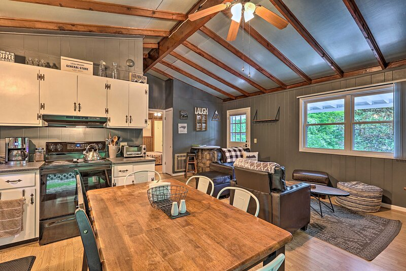 NEW! Family-Friendly Newland Cottage w/ Fire Pit!, alquiler vacacional en Bakersville